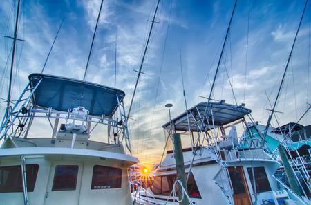 Vue de bateaux de pêche sportive à Marina tôt le matin