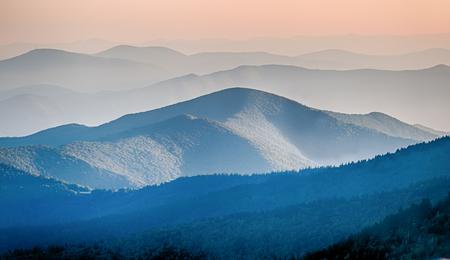 山の尾根のシルエットのパノラマ