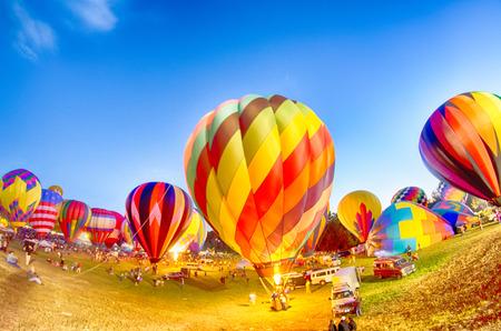 夜に輝く明るい熱気球