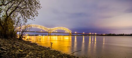 Hernando de Soto Bridge - Memphis Tennessee at night 版權商用圖片
