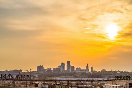 日の出カンザス シティ スカイライン 写真素材