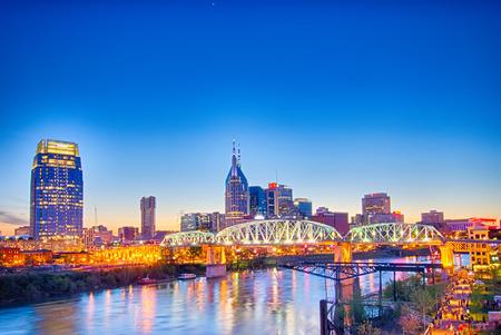 tennesse: Nashville Tennessee horizonte de la ciudad en Shelby Street Bridge Editorial