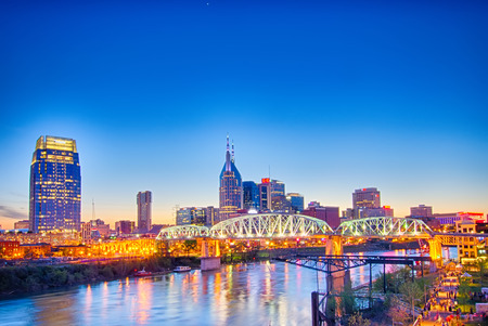 Nashville Tennessee skyline di downtown a Shelby Street Bridge