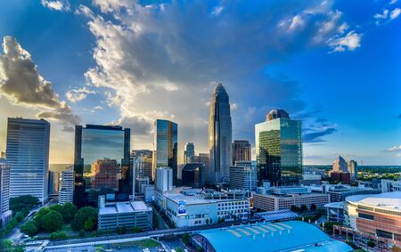 sunset over charlotte city skyline of north carolina 新聞圖片