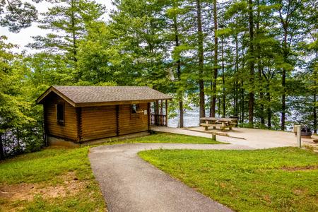 湖 santeetlah ノースカロライナ州アメリカ合衆国で森に囲まれたログハウス 写真素材