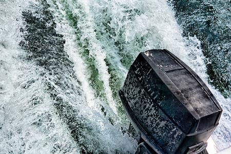 호수에 밀고있는 보트 모터 스톡 콘텐츠