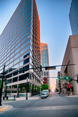tennessee: horizonte de la ciudad y de la calle escenas de Nashville Tennessee Editorial