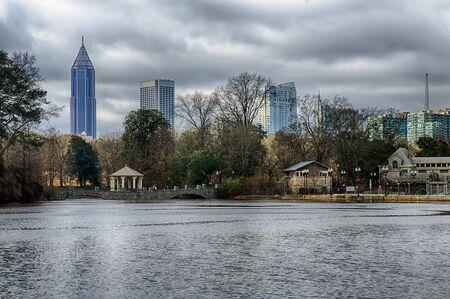 meer: Skyline and reflections of midtown Atlanta, Georgia in Lake Meer from Piedmont Park.