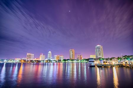 サンクト ・ ペテルブルク フロリダ都市のスカイラインや夜のウォーター フロント 写真素材