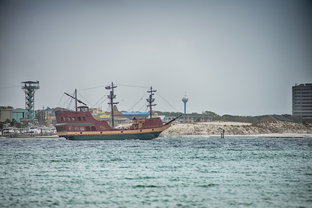 een oud schip van de bestemmingsreis in de oceaan