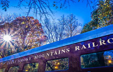 ferrocarril: coche de pasajeros de tren de gran montañas ferrocarril ahumado