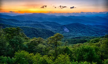 ブルーリッジ ・ パークウェイ夏アパラチア山脈の夕日