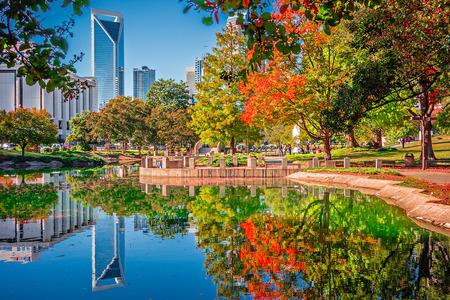 Charlotte stad skyline van Marshall park herfst seizoen met blauwe lucht