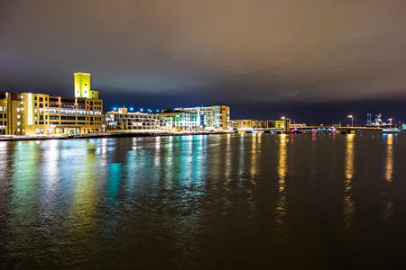 groene baai wisconsin city downtown skyline in de nacht Stockfoto