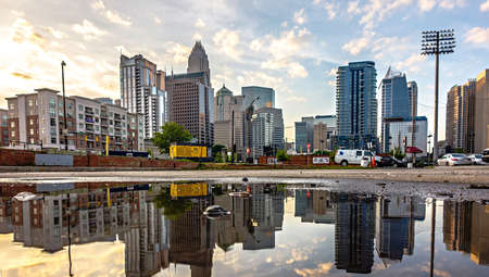 reflecting charlotte north carolina skyline in the puddle after rain storm Zdjęcie Seryjne - 79996089