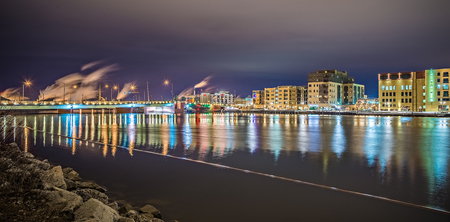 green bay wisconsin city skyline at night 新聞圖片