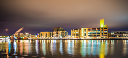 groene baai de stadshorizon van Wisconsin bij nacht Redactioneel
