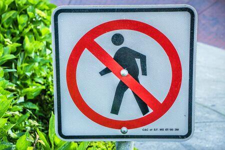 no pase: No hay señal de acceso peatonal al costado de la carretera Foto de archivo