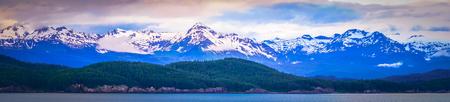 日没時の6月のアラスカの自然と山