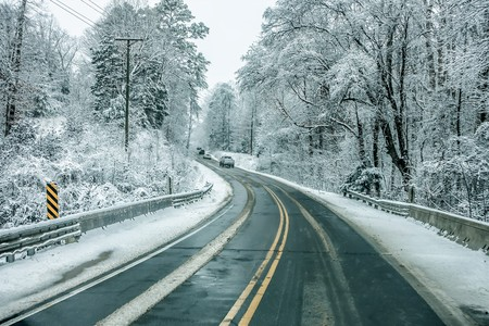 bad conditions snow covered winter road in south carolina Banque d'images