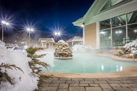 bubbelbaden en inkomend verwarmd zwembad in een bergdorp in de winter 's nachts