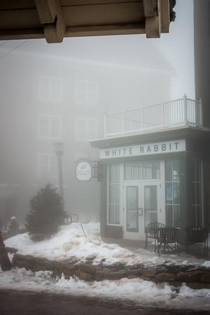 Beautiful street of american town village in mountains in winter Redactioneel