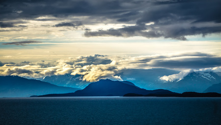 mud bay alaska mountain range at sunset 免版税图像 - 101202330