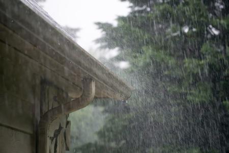 forte pluie tombant de la tempête qui passe