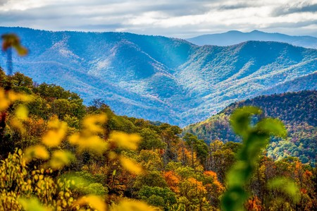 blue ridge and smoky mountains changing color in fall 免版税图像