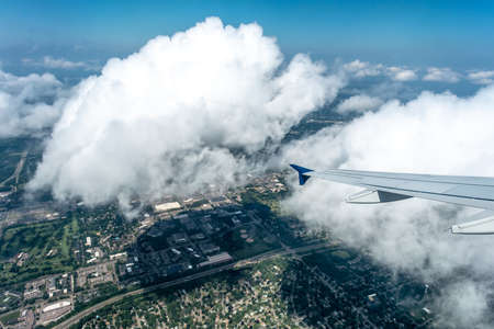 above the clouds and above minneapolis minnesota from airplane 版權商用圖片 - 153310033