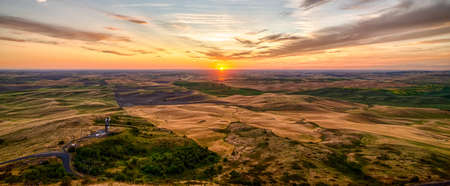 palouse fields and farms at sunset landscape from steptoe butte 版權商用圖片 - 153271166