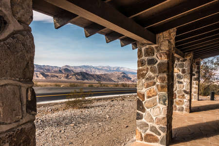 old structure and road in Death valley National Park 版權商用圖片 - 153331389