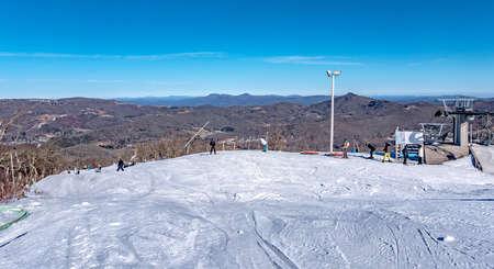 Skiing at the north carolina skiing resort in december 版權商用圖片
