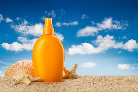 Vacances d'été - huile de bronzage sur la plage