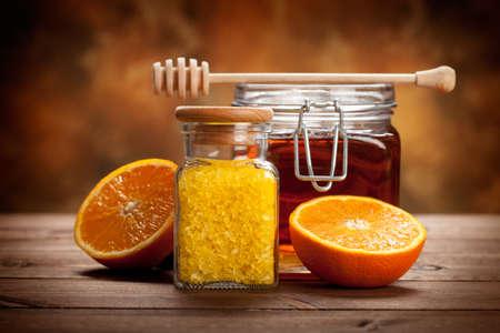 productos de belleza: Tarro de miel y la sal de baño de color naranja