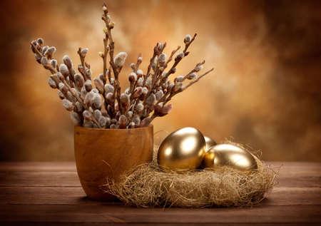 부활절 - 둥지에 황금 계란 스톡 콘텐츠 - 10528590