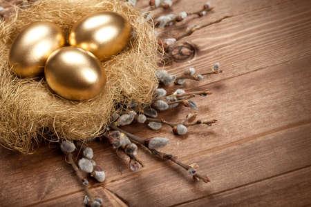 huevos de oro: Pascua de oro los huevos en el nido Foto de archivo