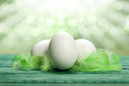 financial metaphor: Tres huevos y plumas verdes