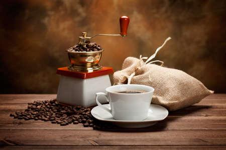 molinillo: Taza de caf� y una amoladora Foto de archivo