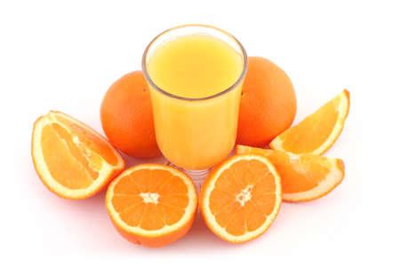 Zumo de naranja y naranjas maduras Foto de archivo