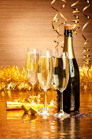 nowy rok: Szczęśliwego nowego roku - szampana i strona dekoracji Zdjęcie Seryjne