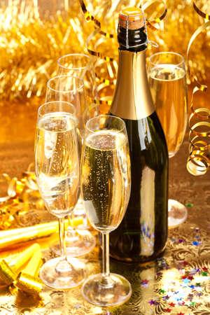 dwarsfluit: Champagne - fles en glazen Stockfoto
