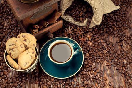 sacco juta: Tazza di caff� e fagioli, vecchio macinino e sacco di iuta Archivio Fotografico