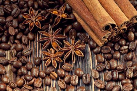 granos de cafe: Granos de café, anís y canela en tablones viejos Foto de archivo