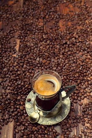 granos de cafe: Taza de café en granos de café de fondo