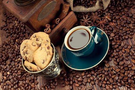 jute sack: Tazza di caffè e fagioli, vecchio macinino e sacco di iuta Archivio Fotografico
