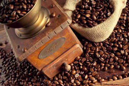 molinillo: Granos de café y molinillo de café Foto de archivo