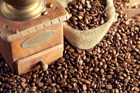 molinillo: Granos de caf� y molinillo de caf� Foto de archivo