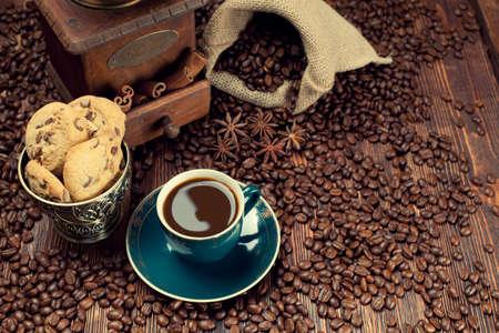 sacco juta: Tazza di caffè e fagioli, vecchio macinino e sacco di iuta Archivio Fotografico