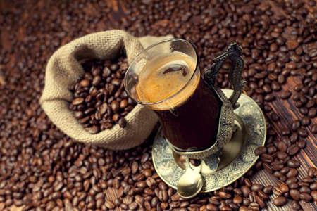 granos de cafe: Taza de caf� y granos de caf�